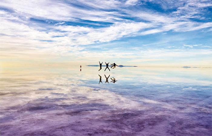 Uyuni Bolivia - people jumping at the salt flats