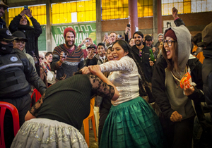 Bolivian Cholita Wrestling - Cholita grabbing another cholitas hair